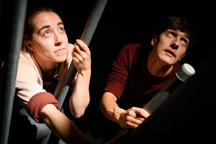 TeaTime Company. Links: Hannah Rogerson, recht Pieter Visser. De derde acrobaat van het gezelschap is Bavo De Smedt.