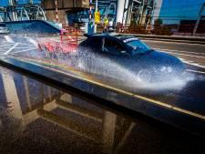 Waterballet op Zwijndrechtse brug: Rijkswaterstaat koelt wegdek