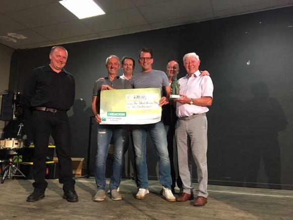 Een delegatie van het Boerkescomité nam de cultuurprijs in ontvangst uit handen van schepen van Cultuur Kris Gebruers (CD&V).