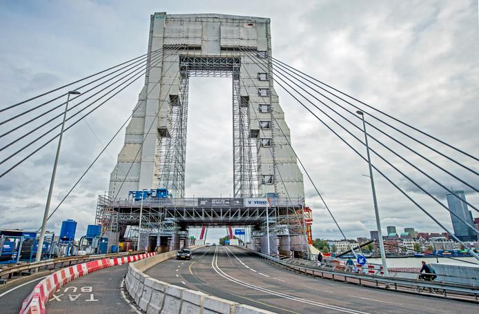 De laatste dagen is er onrust ontstaan onder de omwonenden, naar aanleiding van het met asbest vervuild straalgrit, dat werd gebruikt om verf van de pylonen van de brug te spuiten.