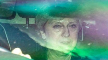 Theresa May stelt publicatie brexitwet opnieuw uit en probeert alsnog haar vel te redden