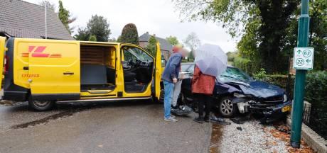 Pakketbus botst op personenwagen in Langenboom