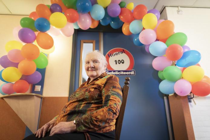 De voordeur van Maria Maats-Rosman is versierd met ballonnen.