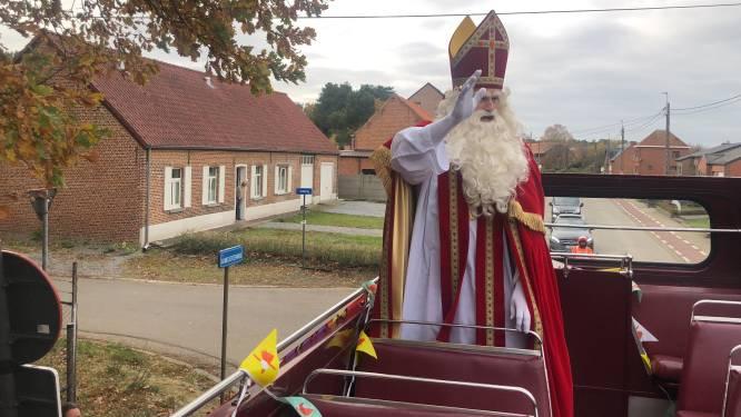 Sint en Pieten trekken met dubbeldekker door Aarschotse straten