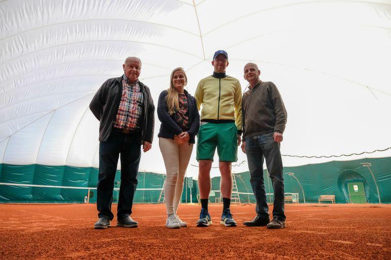 Roger Deman, Inge De Vos, Stijn Vancutsem en voorzitter Luc Vanwilderode van tennisclub Tenza in de nieuwe luchthal.