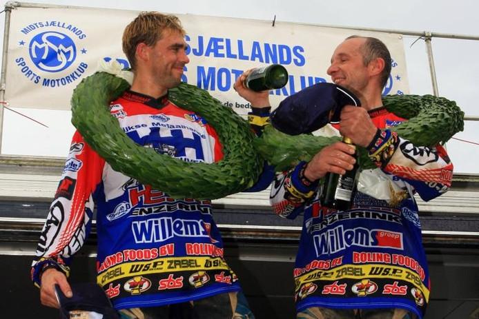 Champagne spuit, de titel een feit. Met een glimlach kijken Daniël Willemsen (l) en Sven Verbrugge terug op hun derde wereldkampioenschap. foto's Rien Willems