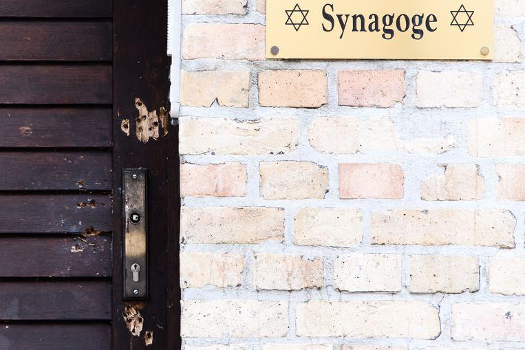 Sporen van schoten op de deur van de synagoge in Halle.  Beeld EPA