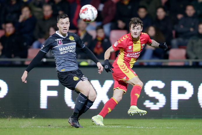 Pepijn Schlosser van Roda JC kan een voorzet van de prima GA Eagles-invaller Adrian Edqvist niet voorkomen.