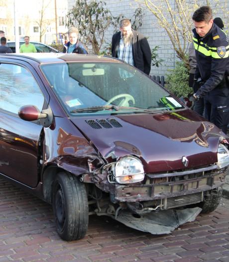 Maaltijdbezorger botst met auto tegen woning in Vlissingen