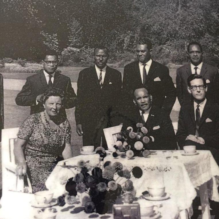 Tilly's vader (zittend midden) in beraad met koningin Juliana. Beeld null