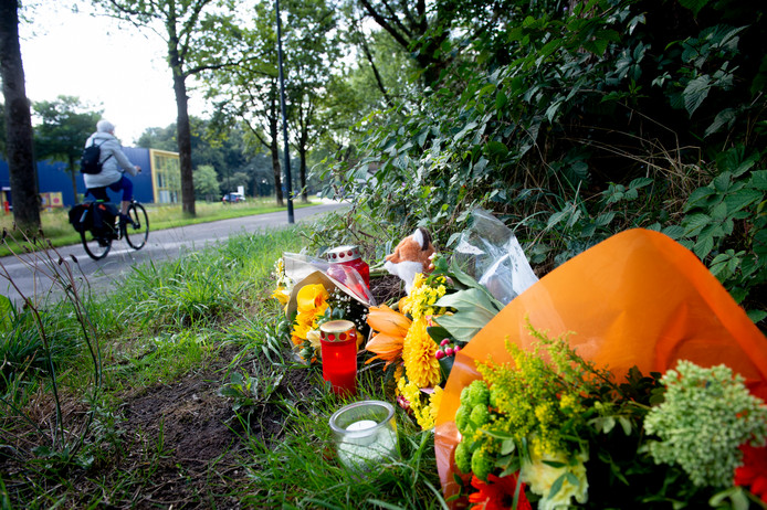 Op de plek van de aanrijding zijn bloemen neergelegd.