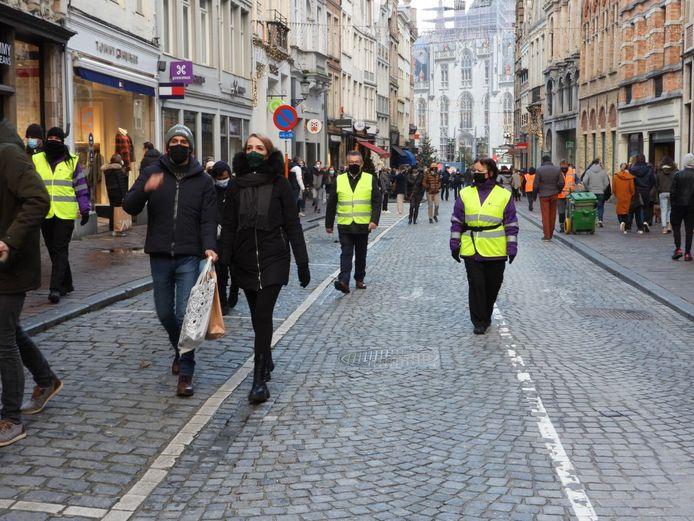 De gemeenschapswachten op stap in Brugge, met links Nathalie Vermeulen en rechts Bea Dombrecht. Burgemeester Dirk De fauw (midden) kwam hun werk bekijken.