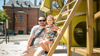 Nieuwe speeltuin na 2,5 maand voor het eerst open: nieuwe speelspot in stadspark in opbouw