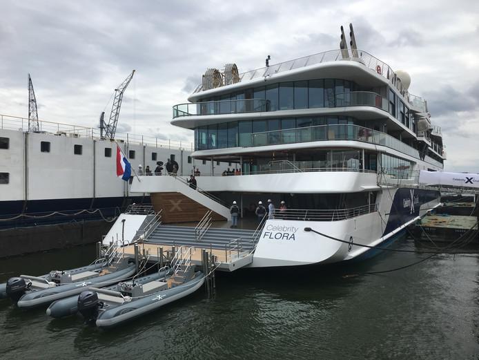 Het luxe cruiseschip Celebrity Flora in Schiedam. Scheepsbouwer De Hoop bouwt het expeditievaartuig hier af.