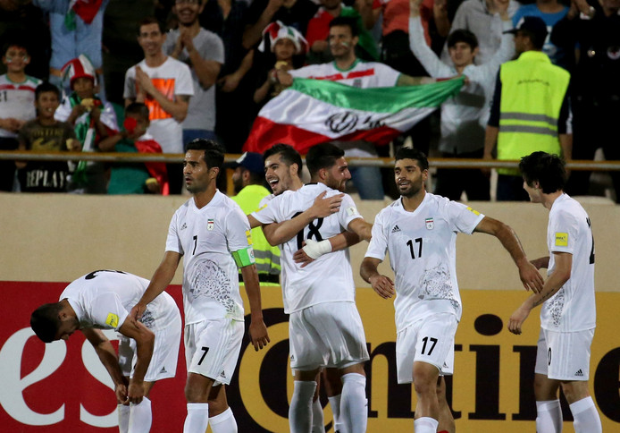 De spelers van Iran juichen na een goal tegen Oekbekistan in 2017.