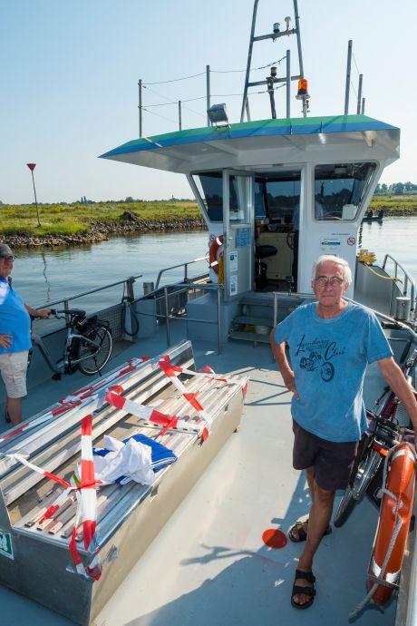 Piet (67) uit Wezep is na maanden de eerste passagier van het pontje tussen Hattem en Zwolle: 'Ik heb erop gewacht'