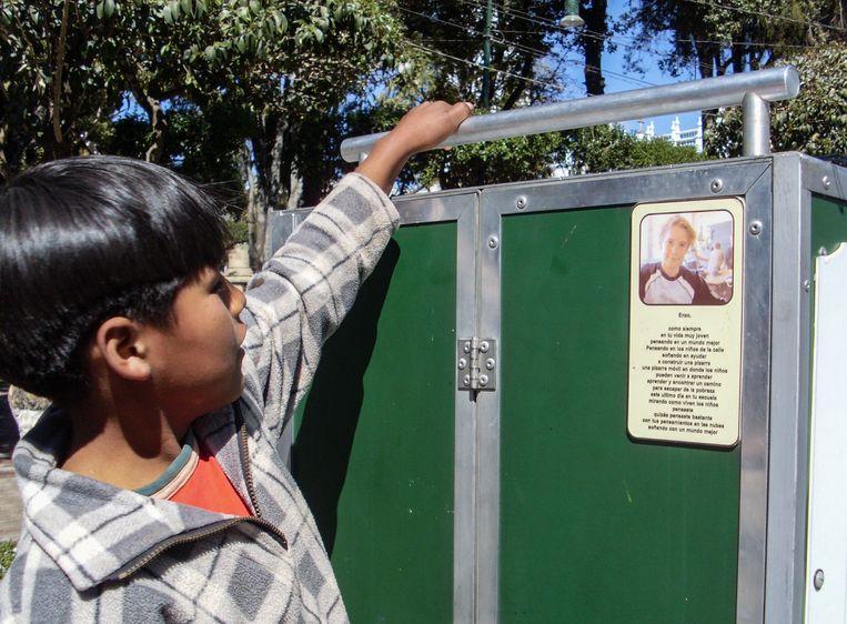 Het schooltje van Enzo in Bolivië, waar ook zijn foto op prijkt.