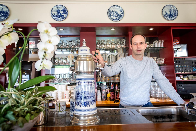 Cafébaas Klijsen heeft niet gehoord waarom klanten afzeggen, maar het C-woord ligt in Prinsenbeek op ieders lippen.