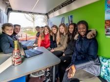 Gewoon voor een praatje, of voor vragen: jongerenbus '0167' in Steenbergen