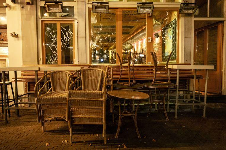 Lege terrassen na 22 uur op het Plein in Den Haag. Beeld ANP