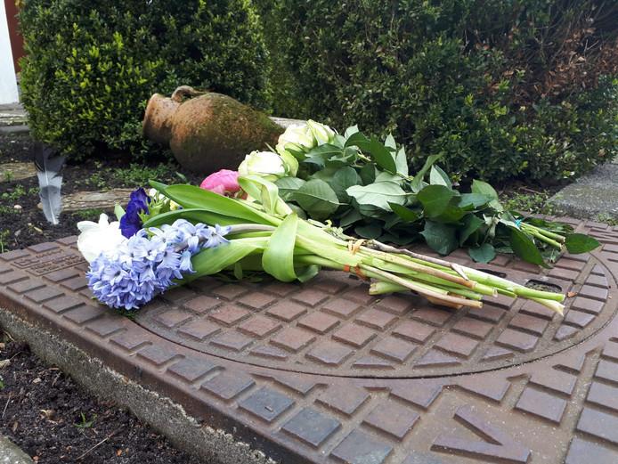 Bloemen voor het huis van het dodelijk slachtoffer in Mijdrecht.