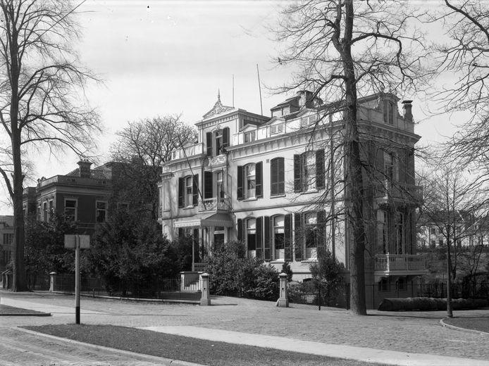 Huis De Nijenburgh, het woonhuis van Cornelia gravin van Limburg Stirum aan de Eusebiusbuitensingel in 1940. Links de Rode School. (Copyright Gelders Archief).