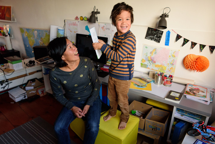 Tom - vier jaar - maakt boek verslag Rachel van Kommer