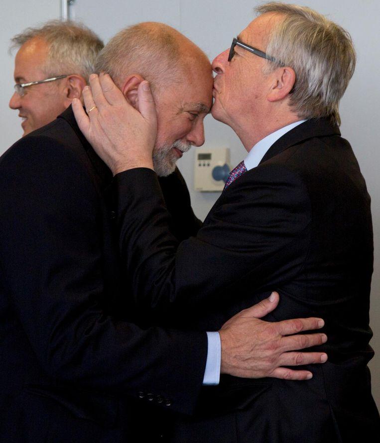 Een kus op het voorhoofd van EU-voorzitter Juncker in 2015 Beeld ap