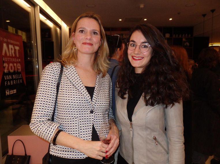 Els Drummen en Elisah van den Bergh, conservatoren van de NN-kunstcollectie. Drummen: 'Ook Nationale Nederlanden heeft sterke roots in Rotterdam' Beeld Schuim
