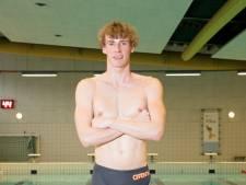 Thijs van den End reikt zwemdiploma's uit in Harmelen