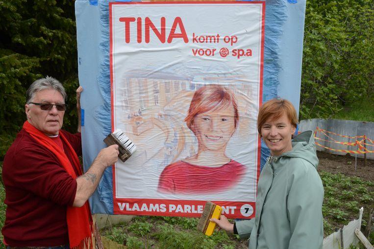 Tina Van Havere ging dinsdag op pad met Julien Mertens om de nieuwe affiches te gaan plakken.