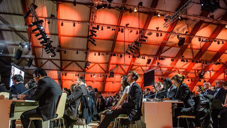 Landendelegaties luisteren naar de speech van voorzitter Laurent Fabius, eerder zaterdagmiddag. Beeld epa