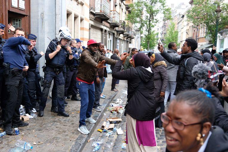 Er zijn rellen uitgebroken aan de Schaarbeekse school nadat de verklaring van het parket werd voorgelezen.