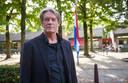 Directeur Peter Janssen voor het schoolplein van De Korenaer, waar sinds donderdag de vlag halfstok hangt.