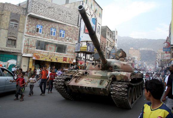 Een tank van militanten trouw aan de verdreven regering in Jemen.