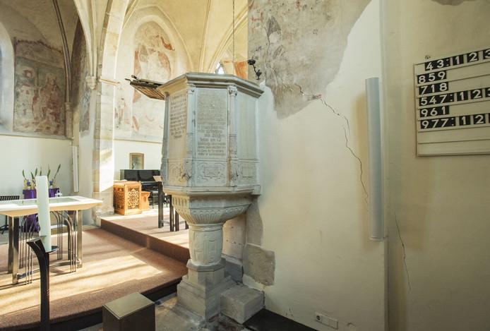 De scheuren in de oude kerk moeten dringend gerepareerd worden.