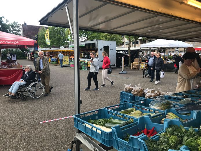 De zaterdagmarkt in Winterswijk zat door de coronacrisis tijdelijk aan de Spoorstraat.