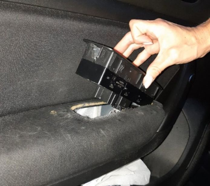 Drugs en cash geld in verborgen ruimte in de auto.