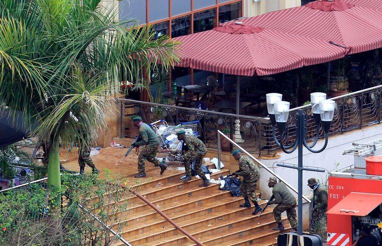 Keniaanse soldaten nemen positie in bij het winkelcentrum. Beeld REUTERS