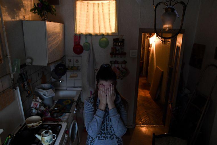 Portret van een slachtoffer van huiselijk geweld in Moskou. Deze 26-jarige vrouw werd jarenlang door haar vader mishandeld. Beeld AFP