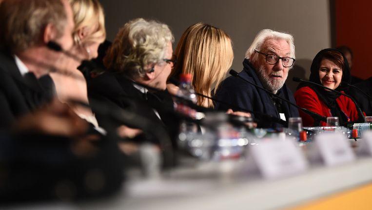 Juryleden Arnaud Desplechin, Kirsten Dunst, George Miller, Vanessa Paradis, Donald Sutherland en Katayoon Shahabi tijdens een persconferentie in Cannes. Beeld Getty