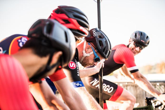 Een van de teams klaar voor de start bovenop de Posbank. De teams moesten drie rondes van elk dertien kilometer rijden.