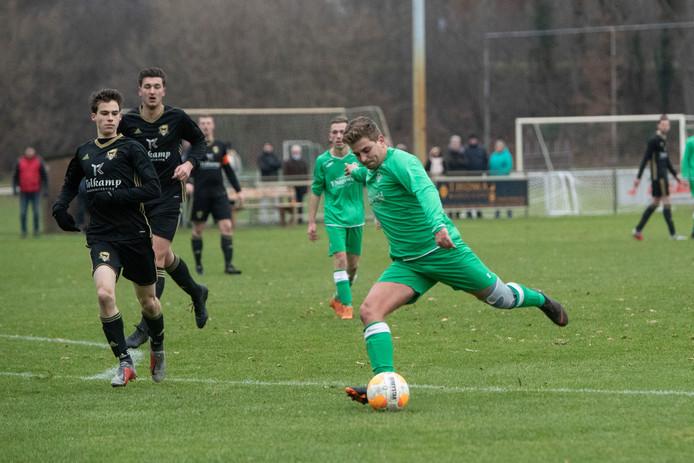 Een beeld van de wedstrijd Almen-Winterswijk. Almen kent nu nog drie seniorenelftallen. Om ervoor te zorgen dat ook de jeugdelftallen nog goed kunnen functioneren worden de jeugdafdelingen van SV Almen en SV Harfsen samengevoegd.