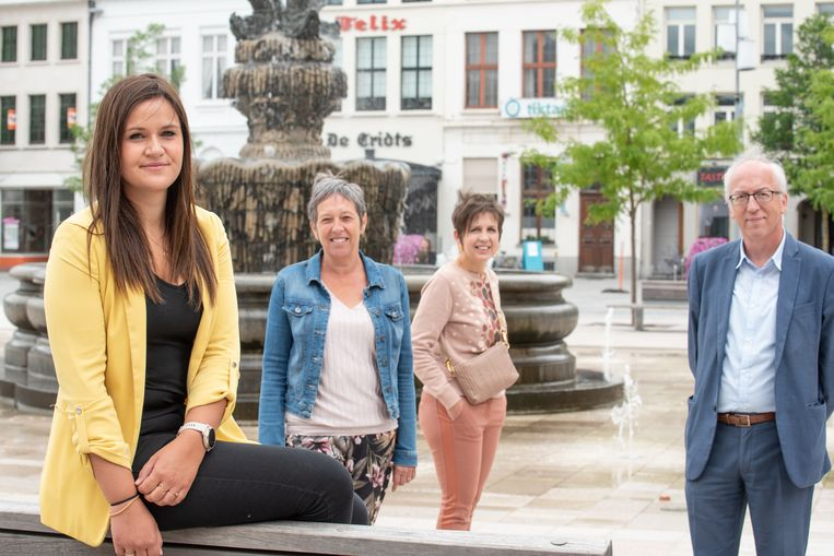 Sandra Huyskens met achter haar stedelijk KMO-consulente Hilde Lefevre, OWS-voorzitter Tine Ballekens en burgemeester Marnic De Meulemeester (Open Vld).