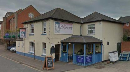 Dode en drie gewonden nadat man met terreinwagen café ramt in Engeland