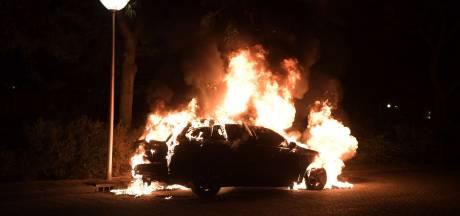 Auto brandt uit aan Selderijstraat in Eindhoven