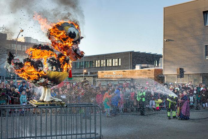 Het traditionele einde van de carnaval in Eendegat de verbranding van de eend bij het Baanderherencollege.