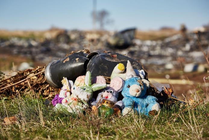 Knuffels door de lokale bevolking neergelegd bij de brokstukken van de gecrashte vlucht MH17 van Malaysia Airlines in het oosten van Oekraïne, honderd dagen na het ongeluk.