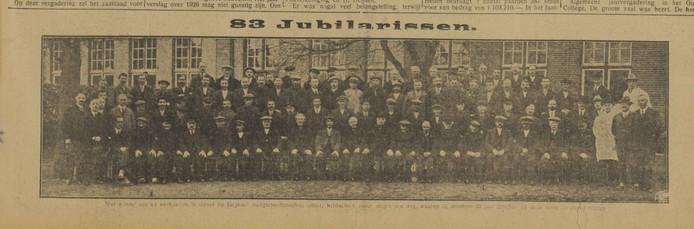 83 arbeiders van Jurgens. 25 jaar in dienst, over volle breedte in de krant (1927)