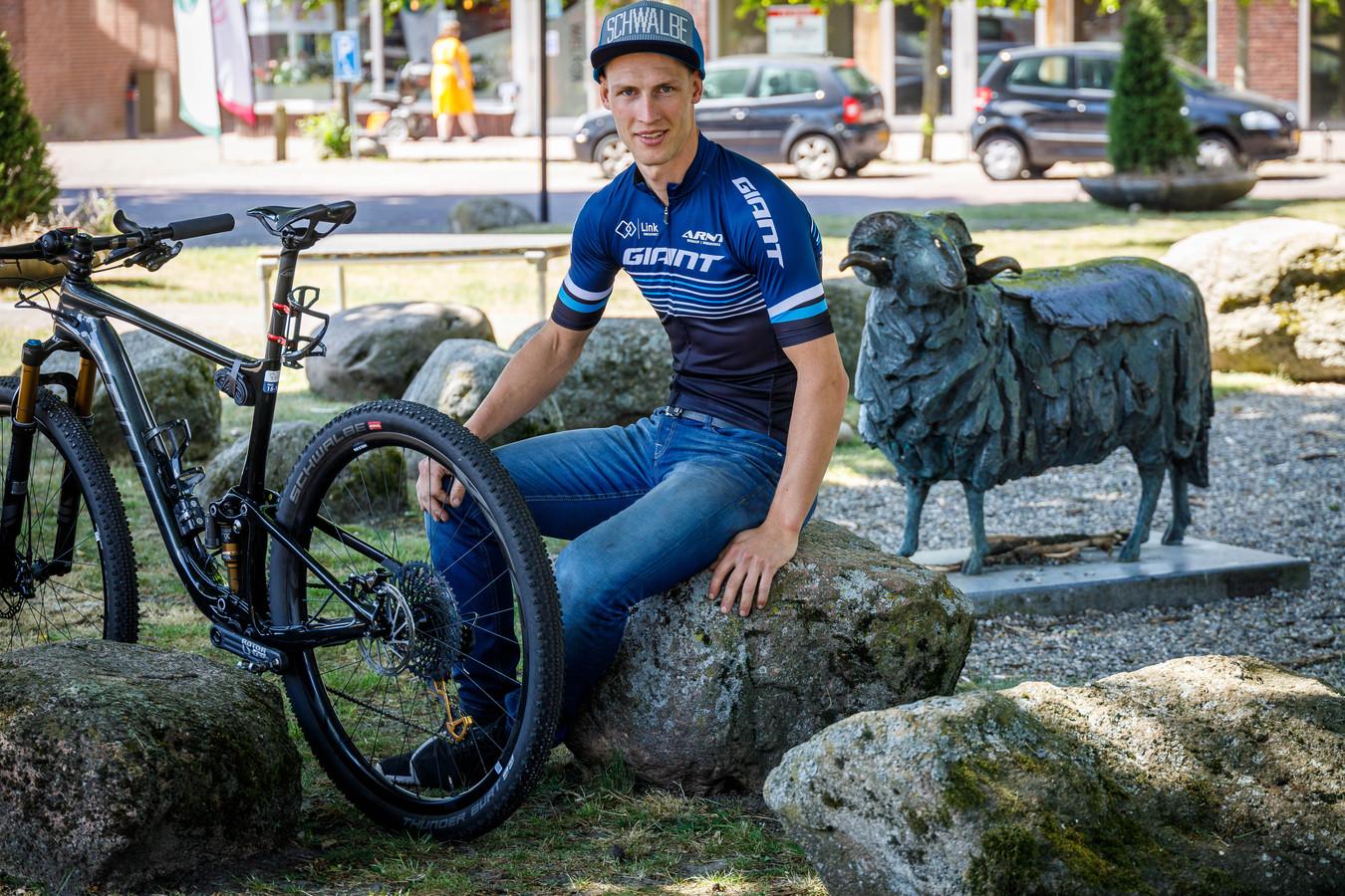 """Gerben Mos verplaatst zich zondag, op eerste pinksterdag, per mountainbike van hunebed naar hunebed. Een tocht van liefst 350 kilometer. ,,Zoiets heb ik nooit eerder gedaan."""""""